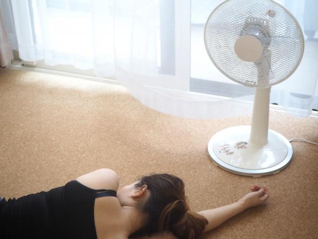 暑さでばてる女性
